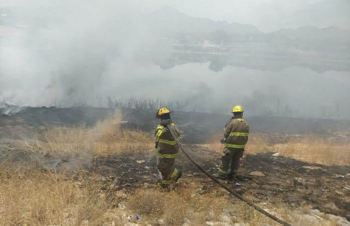 Se registran incendios en vehículo y en un dique