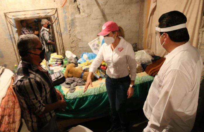 Entregan alcalde y su esposa apoyo a familia de escasos recursos