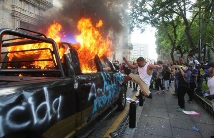 Queman a policía durante protestas por asesinato de giovanni