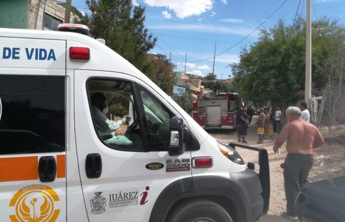 Bomberos y paramédicos de rescate auxilian en incendio