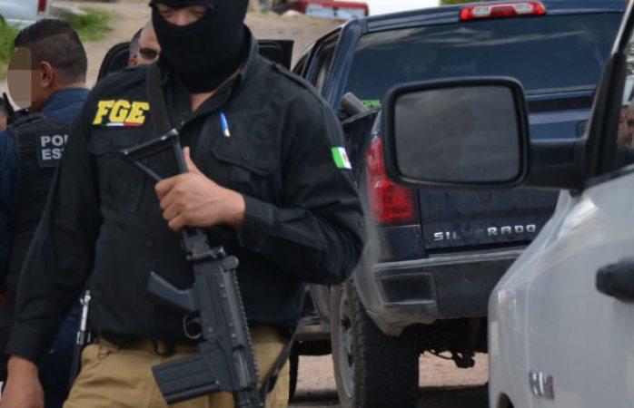 Detienen a dos con fusiles de asalto