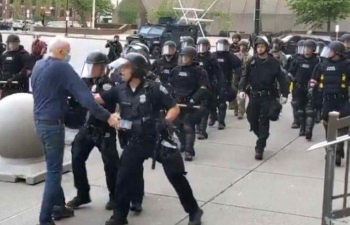 Policías empujan a abuelito y se golpea la cabeza en el suelo