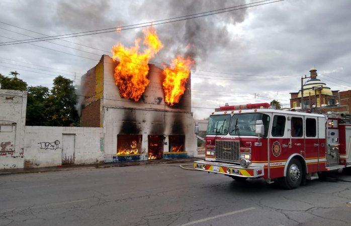 Prende en llamas inmueble en el centro