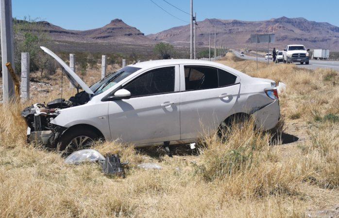 Vuela auto en desnivel y vuelca; hay un herido
