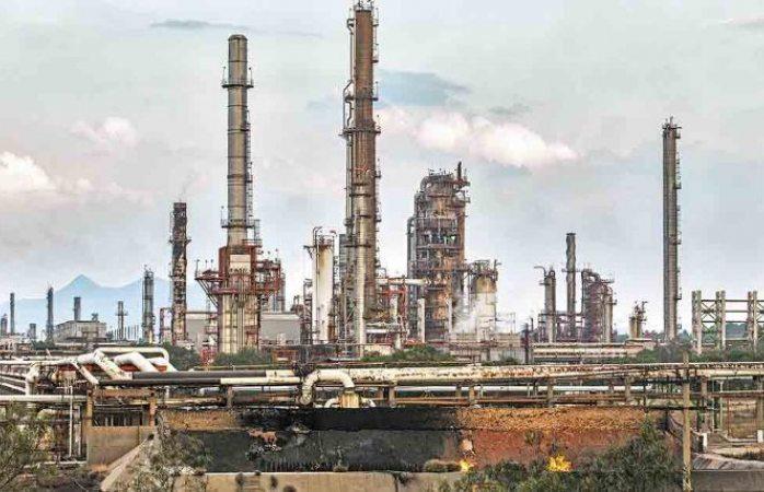 Disminuye producción refinerías por caída histórica