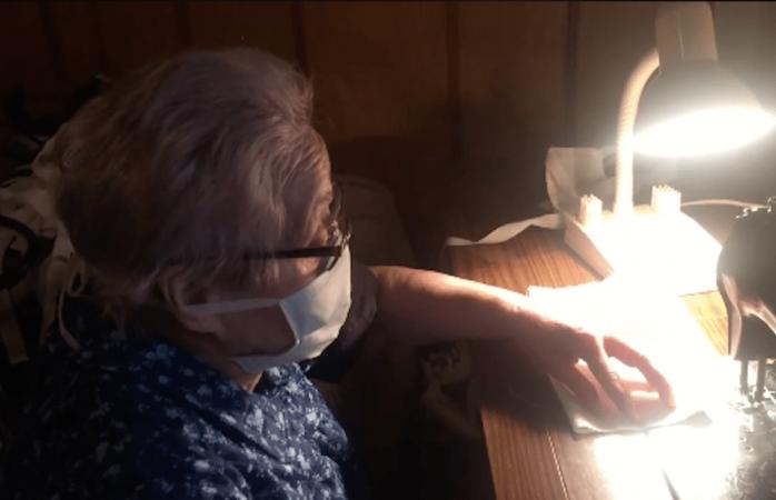 Abuelita cose 50 cubrebocas para donarlos a hospitales