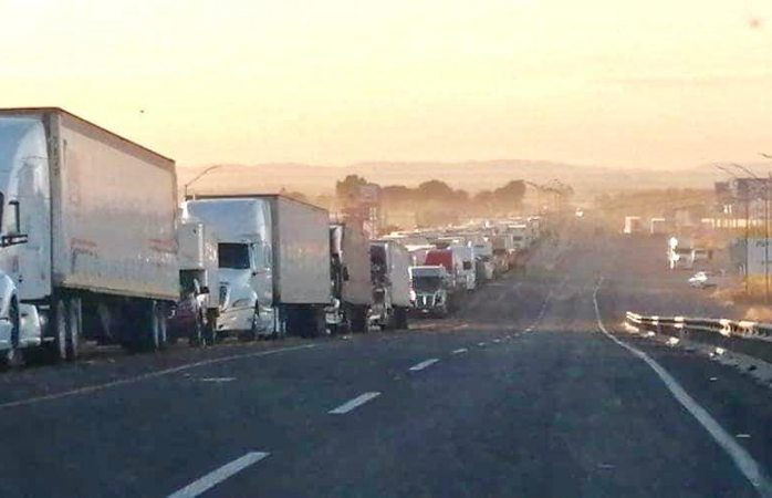 Ocasiona bloqueo largas filas de trailers en carretera