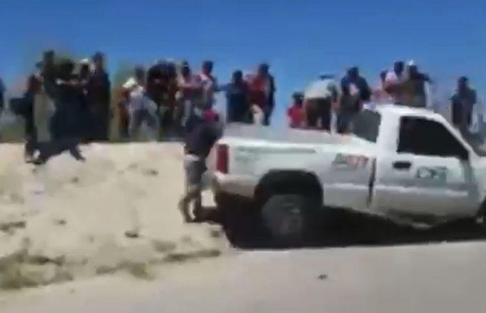 VIDEO: le avientan camioneta en protesta