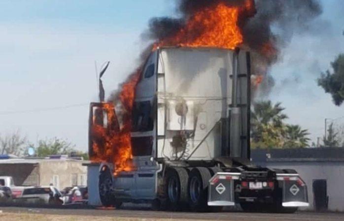 Ahora productores incendian tráiler en Cárdenas