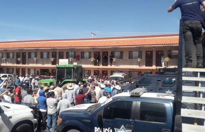 Agricultores se llevan autos de la policía federal