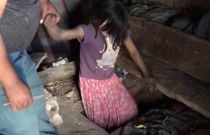 Ocultaban en hoyo a niña privada de la libertad