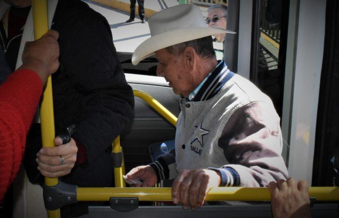 Adultos mayores tendrán transporte gratuito con credencial