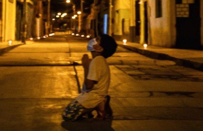 Captan a niño rezando de rodillas para que acabe el covid-19