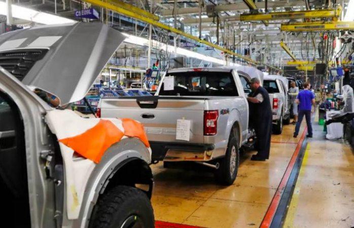 Ford detecta más empleados con covid tras reiniciar labores en EU
