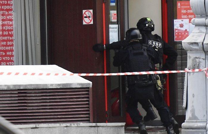Graba rehén asalto de banco en rusia