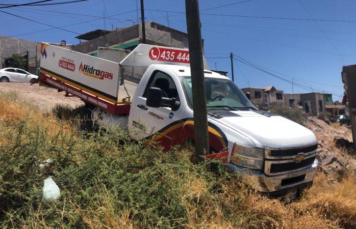 Derrapa y choca vs poste camión de gas en el cerro de la cruz