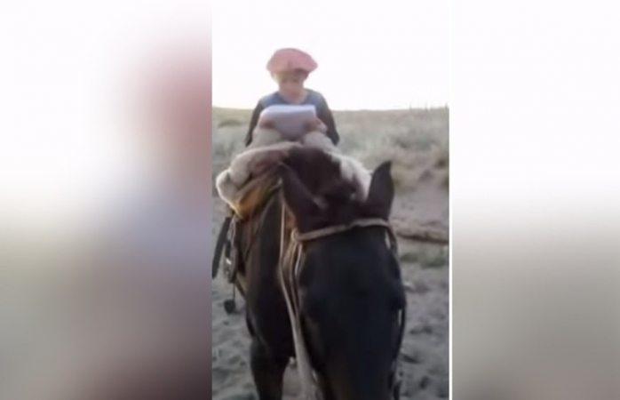 Niño viaja en caballo hasta cerro para conectarse a internet y entregar su tarea