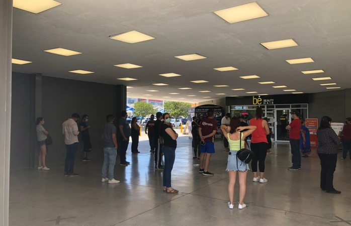 Chihuahuenses abarrotan centros comerciales