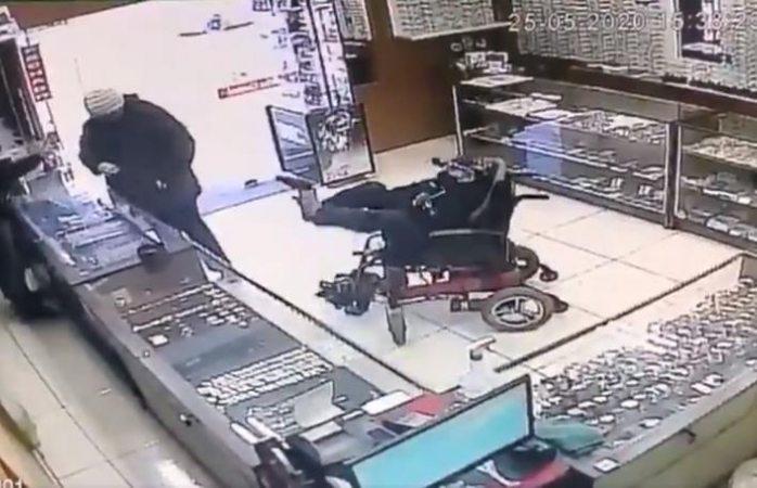 Hombre sin brazos usa los pies para asaltar con pistola (VIDEO)