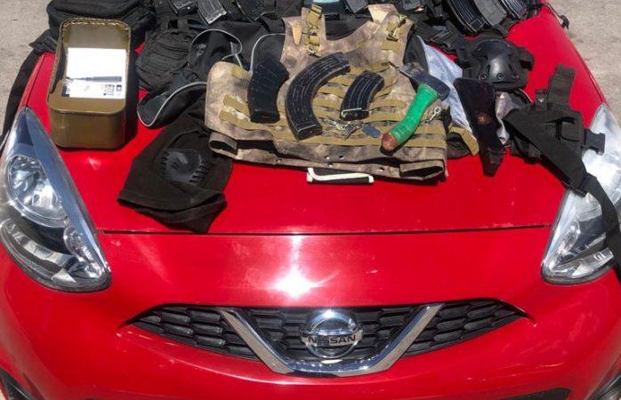 Hallan abandonado auto con cartuchos y equipo táctico
