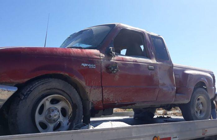 Destrozan camioneta en volcadura y la abandonan