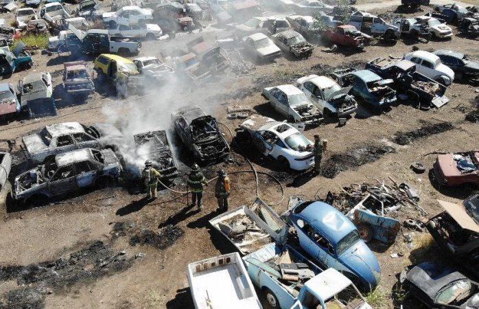Devora el fuego cinco autos en yonke