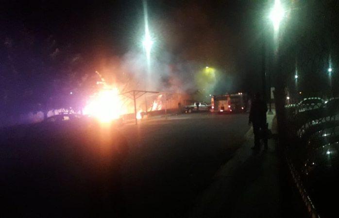 Bomberos apagan incendio y evitan que patrullas se dañaran