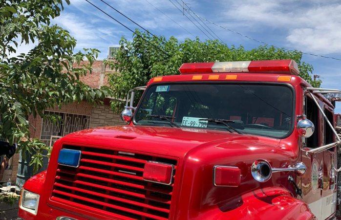 Auxilian bomberos en volcadura y en tres incendios