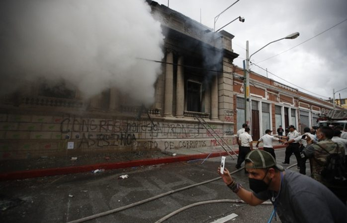 Incendian congreso de guatemala durante manifestación