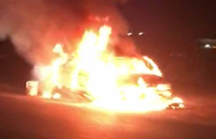 Arde vehículo por falla mecánica