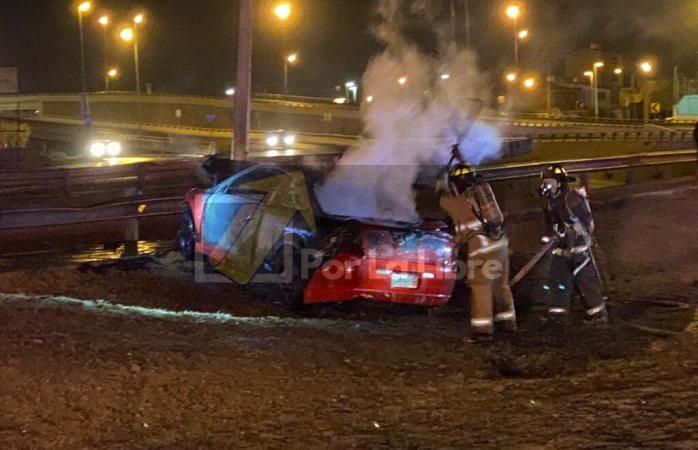 Choca auto y se incendia; 1 muerto y tres lesionados