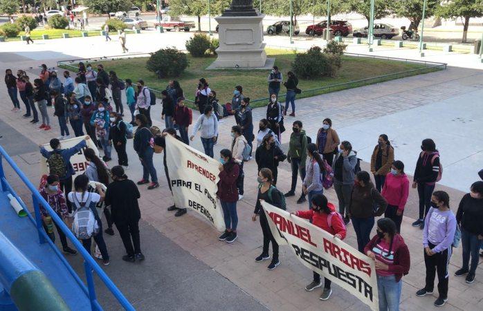 Protestan estudiantes por incumplimiento de beca