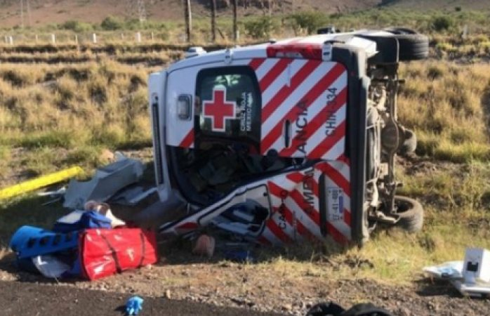 Apoyan a lesionados de volcadura de ambulancia