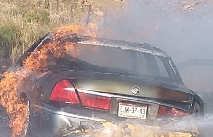 Vehículo arde en llamas en carretera a lázaro cárdenas