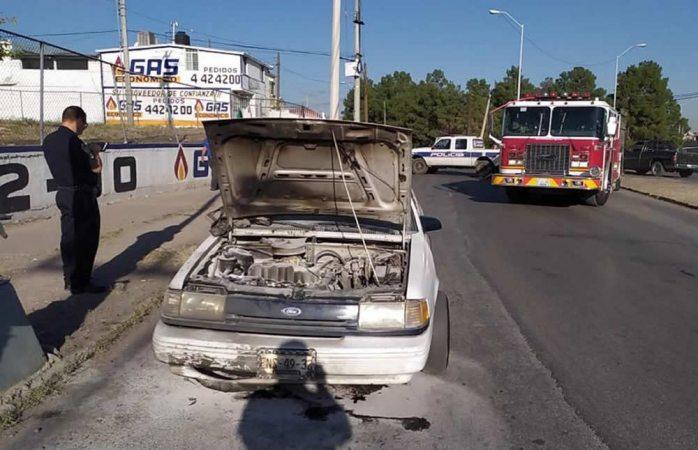 Se incendia motor de auto en la juan escutia