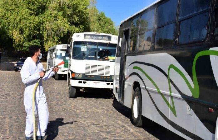 Sanitizan camiones urbanos y taxis