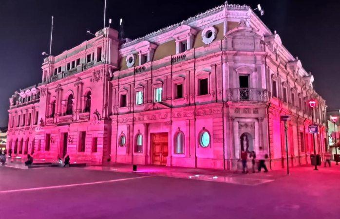 Iluminan de rosa alcaldía por lucha vs cáncer de mama