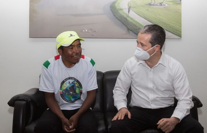 Beca alcalde de guachochi a maratonista rarámuri