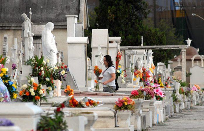 Muere bebé en panteón por bala perdida durante entierro