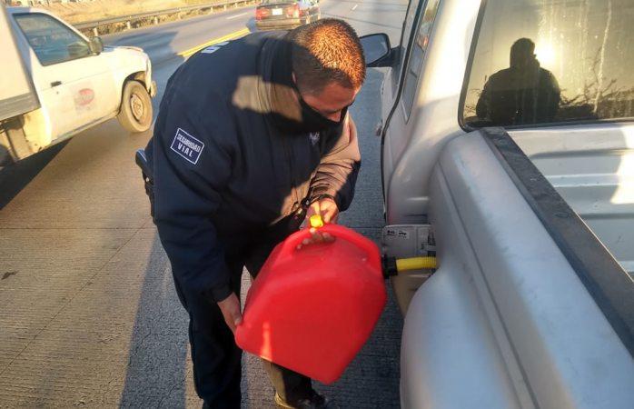 Auxilian agentes a 16 conductores varados sin gasolina