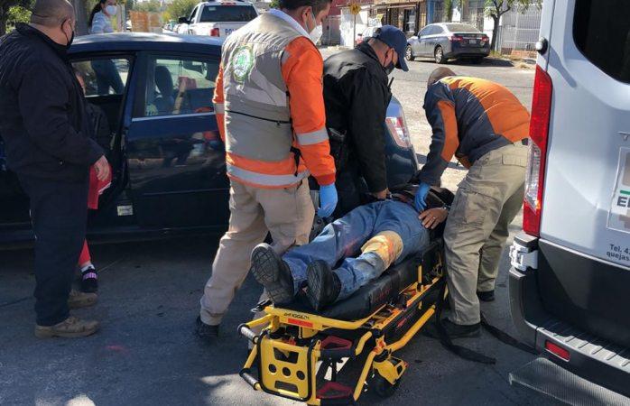 Sufre motociclista choque con automóvil