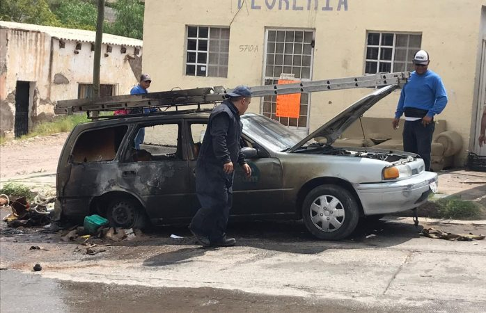 Arde vehículo en llamas en la colonia popular cuando reparaban la bomba
