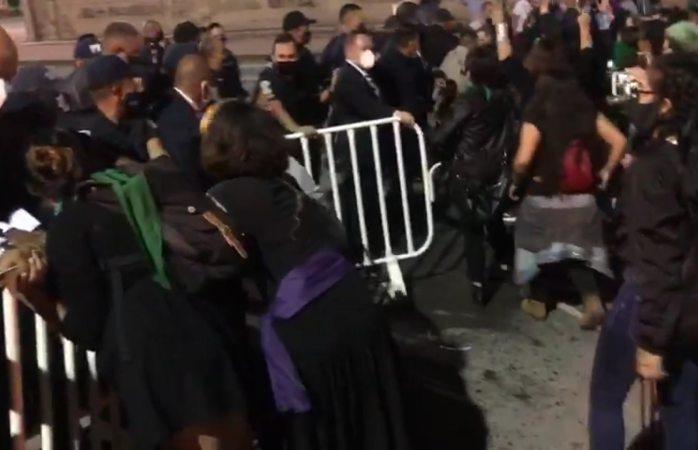 Empuja policía estatal a joven feminista y la tira al suelo