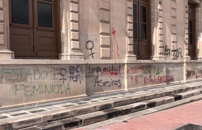 Sin limpiar pintas feministas en palacio