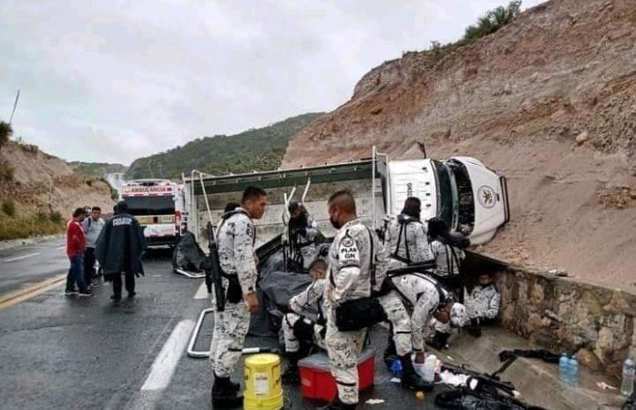 Choca y vuelca camión de la gn; 16 heridos