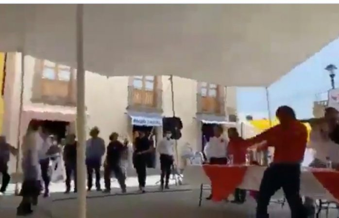 Lanzan huevos y tomates a noroña en evento (VIDEO)