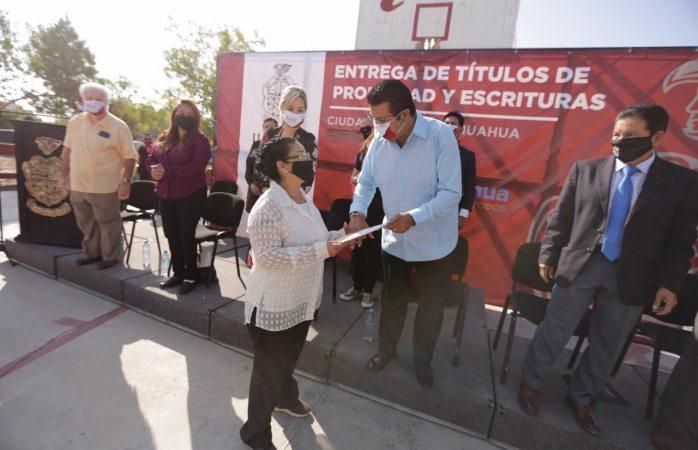 Alcalde entrega 300 títulos de propiedad y 70 escrituras