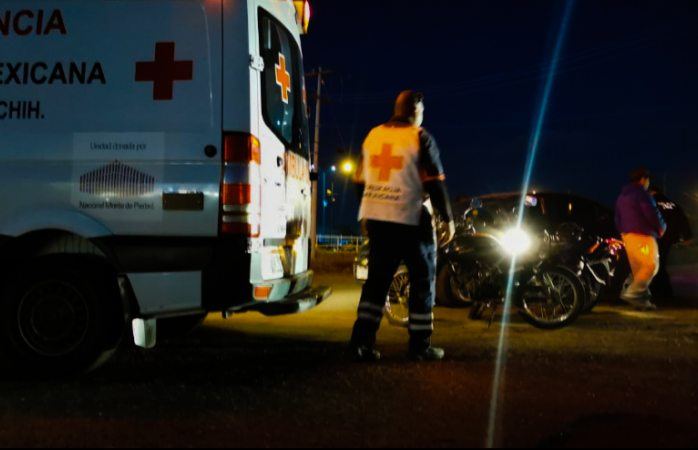 Invade carril y choca motociclista