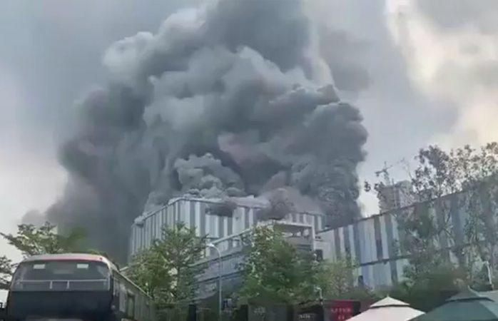 Se incendia edificio de huawei en china