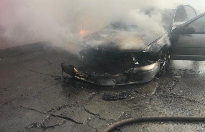 Arde vehículo en la loma linda